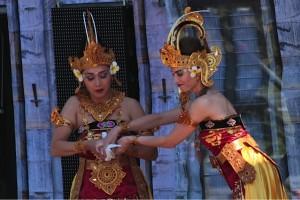 DwiBhumi Balinese dans laat duiven los tijdens Emporium 2012