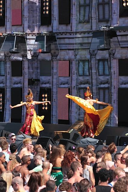 DwiBhumi danst Cendrawasih tijdens Emporium 2012
