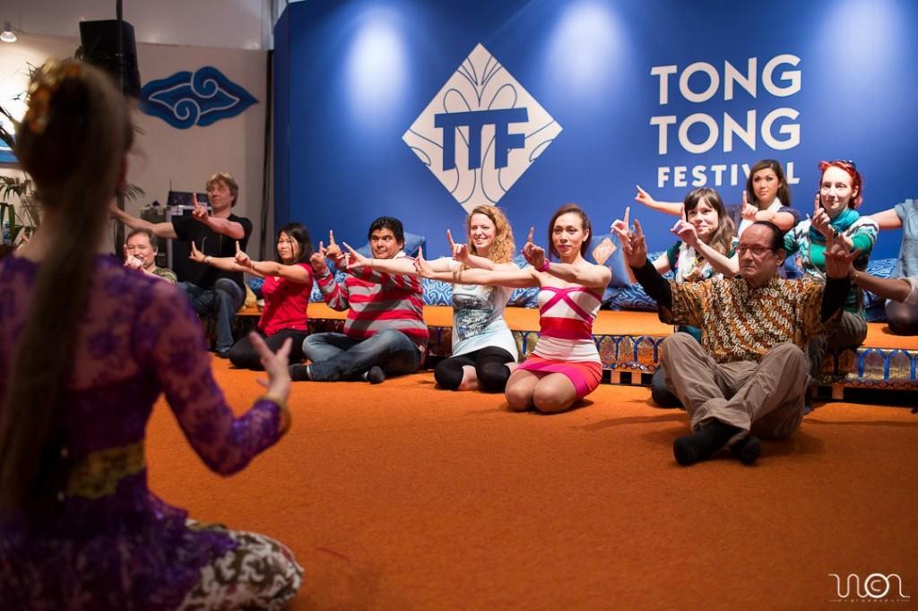 Aafke geeft een workshop Balinese dans tijdens de Tong Tong Fair 2012