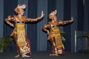 Aafke de Jong en Febrina Tanoewidjaja van DwiBhumi dansen Legong Keraton Lasem tijdenms dag over Balinese cultuur, Bronbeek.