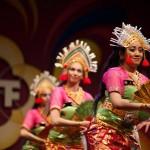 DwiBhumi danst de tari Kembang Girang tijdens de Tong Tong Fair 2013 Balinese dans - foto: LemonEyes