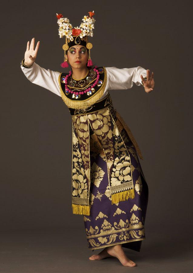 Replica van colledig Balinees danskostuum (condong) door modeontwerpster Esther Boskaljon. Mode: Roxanne Spijkers van DwiBhumi