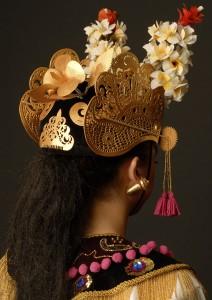 Replica van Balinese hoofdtooi (gelungan) voor Legong Kraton-dans (condong) door modeontwerpster Esther Boskaljon