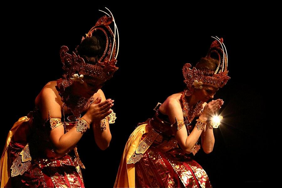 DwiBhumi dans tari Cendrawasih  tijdens Dansweek Gelderland/Dansproeverij 2012, Theater Huis van Puck Arnhem