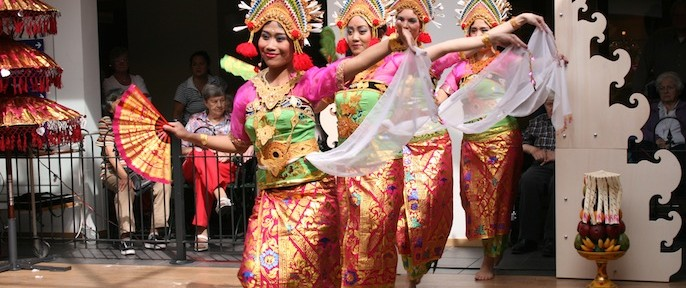 DwiBhumi Balinese dans in Taman Indonesia zondag 3 mei