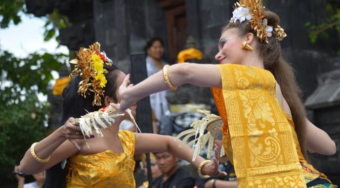 DwiBhumi danst tijdens Kuningan in Balinese tempel in Belgie 25 juli 2015