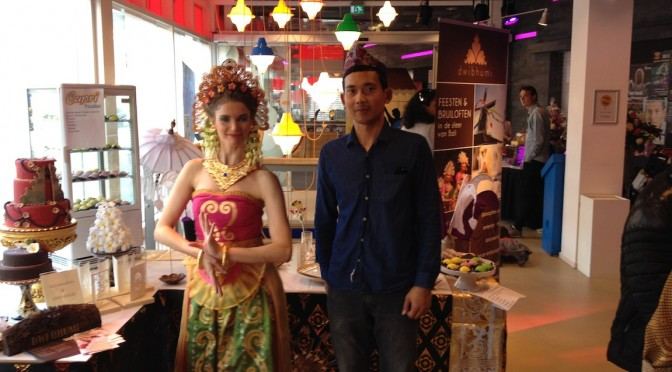 Drukbezochte Pasar Keliling met stand en Balinese dans van DwiBhumi