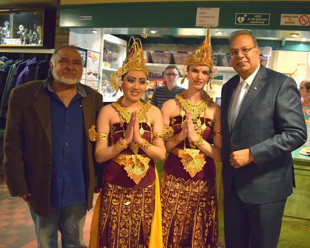 Haagse wethouder Baldewsingh poseert met twee danseressen van DwiBhumi tijdens het Lentefeest 2015