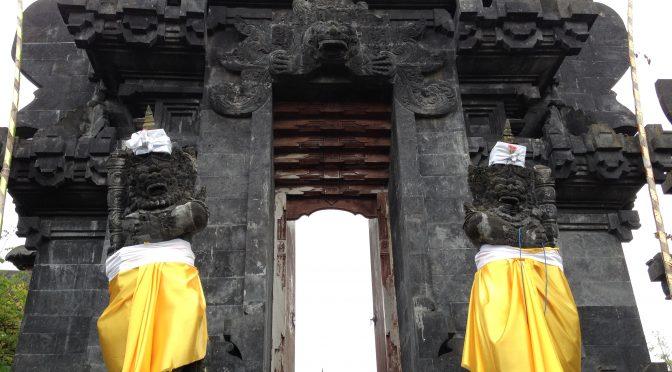 DwiBhumi danst tijdens Saraswati-dag in Balinese tempel in Belgie
