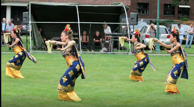 Balinese dans van DwiBhumi tijdens herdenking Indie-monument Enschede
