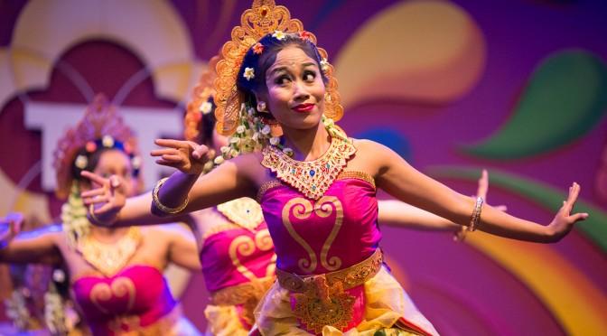 Gadung Kasturi – Balinese dans over bedwelmende bloemen